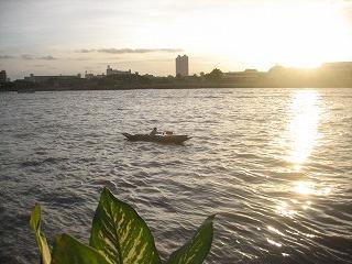 チャオプラヤー川を眺めながら。